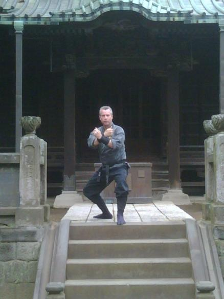 Shihan Hodson training at shrine in Japan